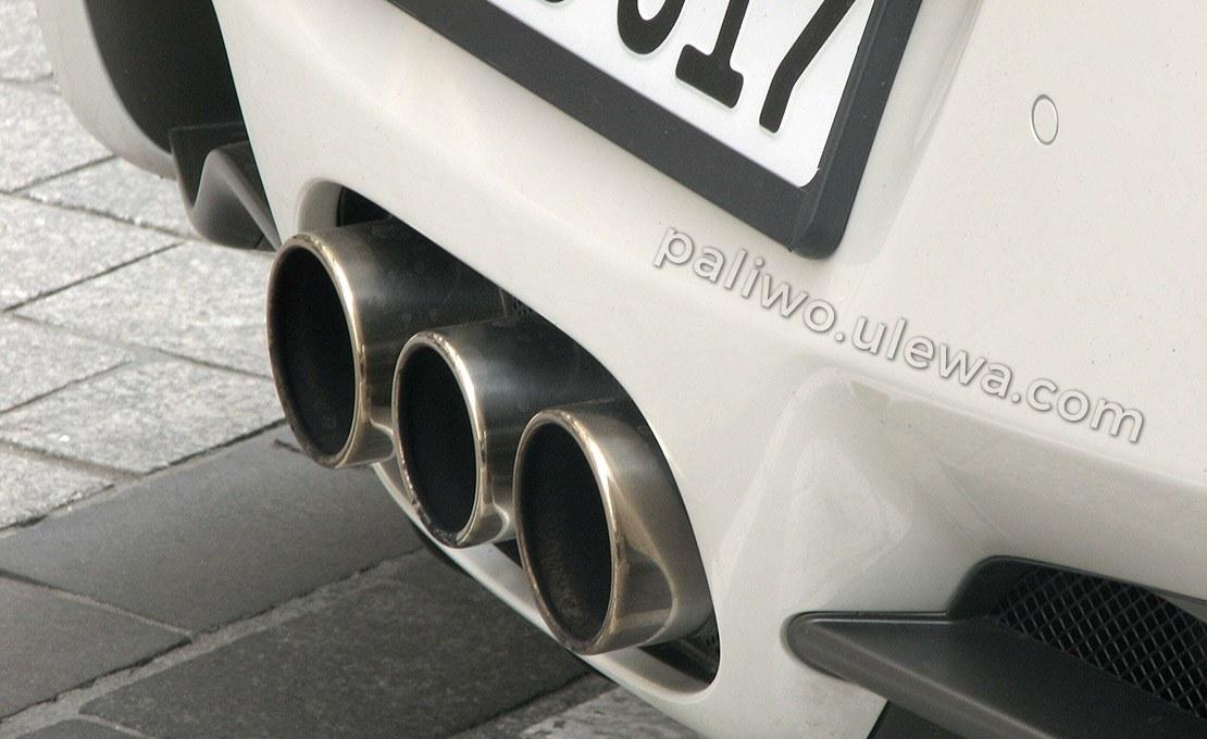 samochód ferrari 3 rury wydechowe spalania